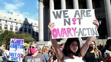 En un minuto: Juez federal bloquea temporalmente la restrictiva ley de aborto de Texas