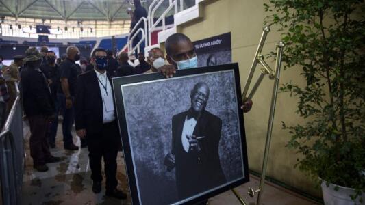"""""""Una locura"""": Miles de personas acompañaron a Johnny Ventura en su última adiós"""