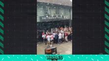 Ingleses hacen largas filas para encontrar un lugar en los Pubs de Londres