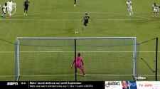 ¡Huele a goleada! Sacha Kljestan vence al portero desde el punto penal y marca el tercero