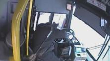 Con su bastón, un pasajero la emprendió a golpes contra el conductor de un autobús