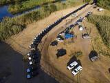 La 'barrera de acero' fronteriza del gobernador Abbott hecha con autos