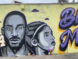 Artistas hispanos crean mural para honrar la memoria de Kobe Bryant y su hija Gigi en Austin