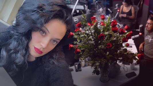 Carla Medrano recibió hermoso arreglo de flores: El Pelón y El Feo la agarran a carrilla para saber quién fue