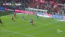 ¡Casi gol de carambola! El balón le pegó en la cara Da Silva tras un rebote y casi se cuela