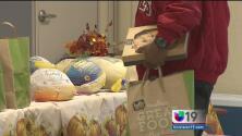 Iniciativa de una escuela comunitaria proporciona comida de acción de gracias a sus estudiantes