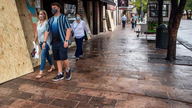 ¿En qué consiste la orden en Texas que limita a gobiernos locales a imponer ciertas restricciones por coronavirus?