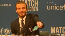 David Beckham responde el teléfono de un periodista en plena conferencia de prensa