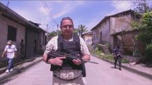 Alcalde en El Salvador sale a patrullar con ametralladora