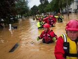 Henri se debilita tras tocar tierra en Rhode Island, pero puede crear fuertes inundaciones