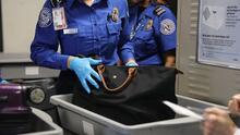 Pasajeros quieren viajar armados. TSA reporta lo que llevan en sus insólitos equipajes en su paso por LaGuardia y otros aeropuertos