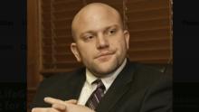 Un fiscal de distrito en Pennsylvania está acusado de violar violentamente a mujer en su hogar