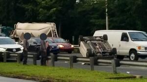 Hombre roba vehículo de ciudadano que lo trató de ayudar tras chocar auto hurtado