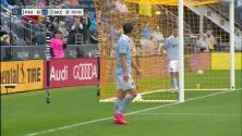 Con espectacular manotazo el portero John McCarthy le niega el gol a Felipe Gutiérrez