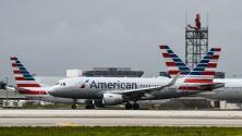"""""""Es una pesadilla"""": preocupación entre viajeros por la cancelación de cientos de vuelos de American Airlines"""