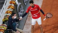 Da Djokovic pelotazo a juez... otra vez