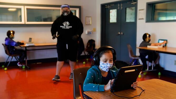 Expertos recomiendan el uso universal de mascarillas en escuelas