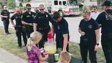 Policías ayudan a niños en su venta de limonadas y recaudan 750 dólares