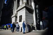 Largas filas mientras los electores de Pensilvania llegan a los lugares de votación el 3 de noviembre