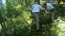 El momento en que la policía encuentra a una niña de dos años desaparecida en el bosque