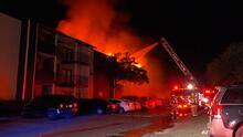 Una persona resultó herida y más de 20 familias quedaron desplazadas luego de un fuerte incendio en un complejo de apartamentos