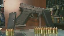 Siga polémica en California por Propuesta 63 que busca regular la venta de armas de fuego