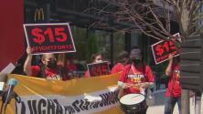 Como una victoria, así califican empleados en Chicago el aumento del salario mínimo a $15 por hora