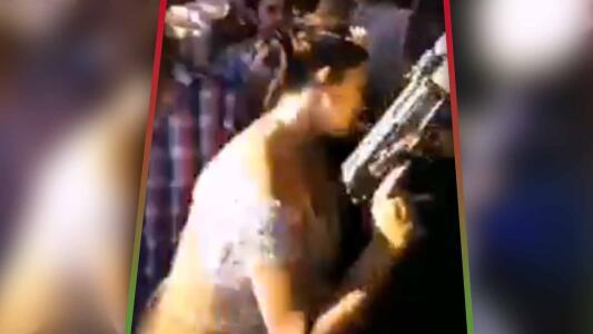 """""""Buchona vibes"""": Novia celebra disparando un 'cuerno de chivo' chapeado en oro durante su boda"""