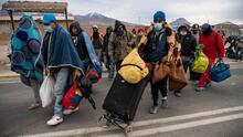 """""""Quiero traer a mi familia y no hay posibilidad"""": el drama de miles de inmigrantes en Chile que denuncian discriminación"""