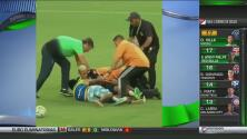 """Neymar acabó en el piso después del """"cariño"""" de unos aficionados"""