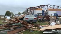 """""""Fuimos protegidos por Dios"""": sobrevivieron dentro de una habitación mientras un tornado destruyó su casa"""