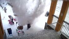 Una 'avalancha' de nieve de un tejado cae sobre una madre y su bebé