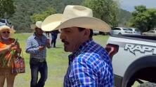 José Manuel Figueroa sorprende al llegar (y no decir palabra) al mausoleo de Joan Sebastian en Juliantla