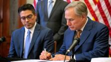 """""""Si mueren personas, tendrá sangre en sus manos"""": gobernador de Texas firma ley que permite portar armas sin licencia"""
