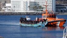 Rescatan a 198 migrantes que viajaban en un bote de madera cerca de la costa