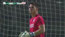 ¡Jurado evita el gol de Pumas! Sebastián controla el remate de Johan