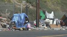 Piden ayuda ante el creciente número de indigentes en las afueras de una escuela preescolar en Hollywood