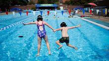 Ten en cuenta estas recomendaciones para mantener a salvo a tu familia en la playa o la piscina
