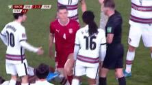 ¡Expulsión! El árbitro saca la roja directa a Nikola Milenkovic.