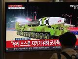 """Corea del Norte presenta un gigantesco misil en una muestra de poderío militar y celebra estar """"libre """"de covid-19"""