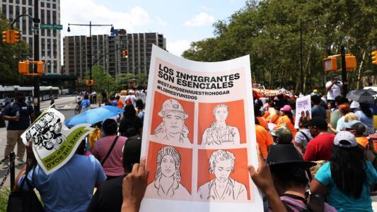 """""""Somos esenciales, no deportables"""": marchan en Nueva York para pedir una reforma migratoria"""