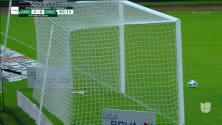 ¡CERCA! Leonardo Suárez disparó que se estrella en el poste.