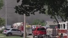 Llamas, humo tóxico y evacuaciones: bomberos en Morris, Illinois, continúan luchando contra incendio industrial