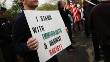 """Entre gritos de """"no más odio"""", activistas proinmigrantes protestan por visita de Trump a Long Island"""