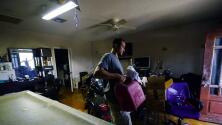 Sin energía eléctrica, miles de personas en Nueva Orleans le hacen frente al calor tras el paso del huracán Ida