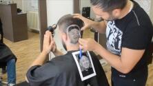 El videíto: Un barbero corta el cabello con el rostro de Kim Jong-un
