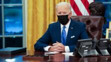 """""""Estoy eliminando políticas malas"""": Biden firma tres órdenes ejecutivas que buscan beneficiar a los inmigrantes"""