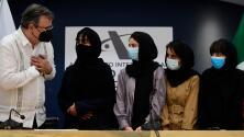 """""""No quería que nuestra historia terminara por el Talibán"""": México acoge a jóvenes afganas de un equipo de robótica"""