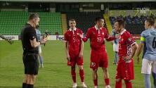 """¡Expulsión! El árbitro saca la roja directa a [""""Ion""""] [""""Nicolaescu""""]."""