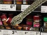 Serpiente sorprende a una mujer al aparecer entre los estantes de un supermercado